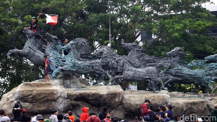 Massa aksi demo tolak Omnibus Law terlihat naik ke Patung Kuda Arjuna Wijaya, Jakarta. Bagaimana menurut Anda?