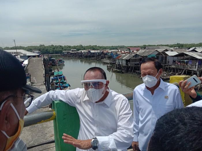 Edy Rahmayadi cek lokasi banjir rob di Medan Belawan (Ahmad Arfah-detikcom)