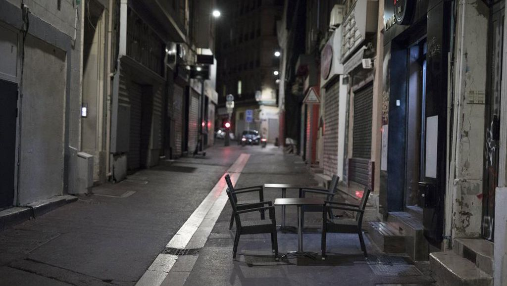 Kasus COVID Hampir 1 Juta, Prancis Perpanjang Jam Malam