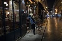 Hampir 20 juta orang terdampak aturan jam malam ini. Salah satunya terlihat di Kota Paris yang awalnya ramai menjadi sepi bak kota mati.