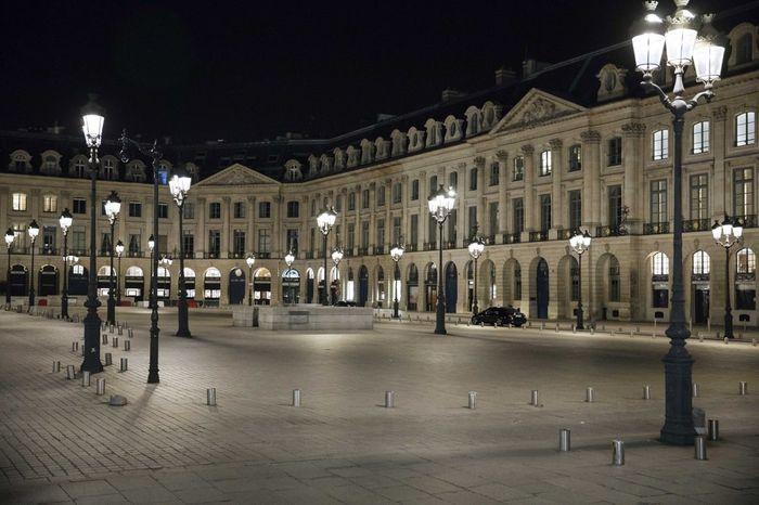 Paris kembali memberlakukan aturan jam malam untuk menekan angka penularan Corona. Kota itu pun terlihat bagai kota mati.