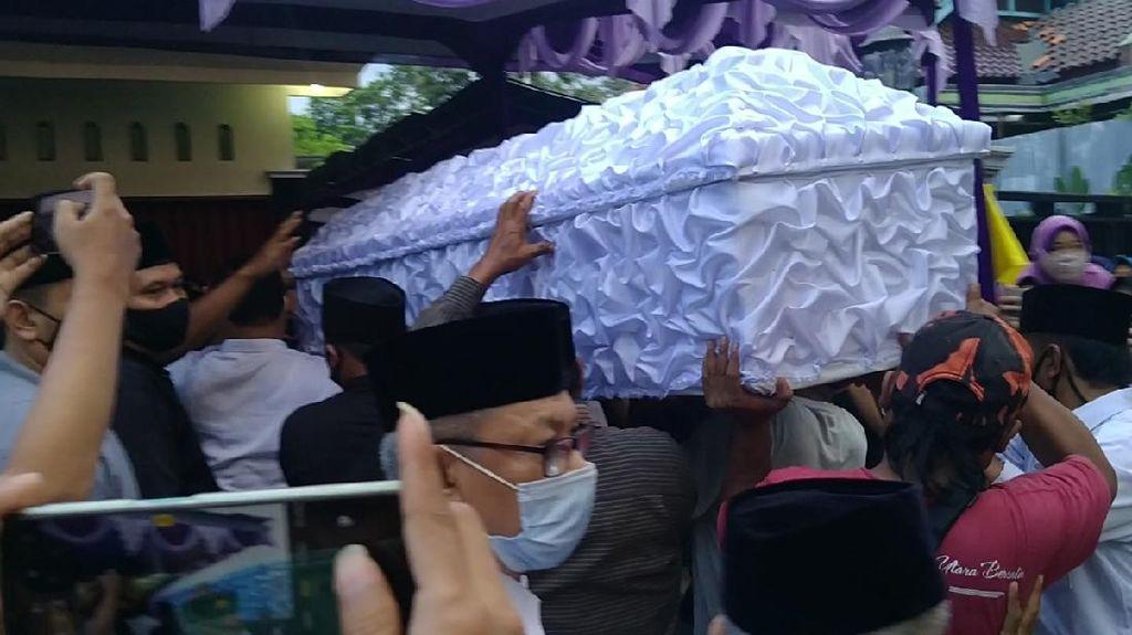 Tangis Duka Keluarga Antar Jenazah Ketua Gerindra Pekalongan ke Pemakaman