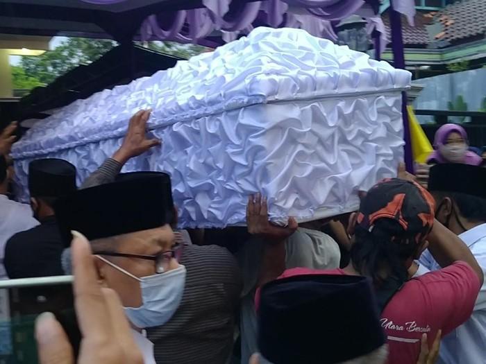 Jenazah Ketua DPC Gerindra Kabupaten Pekalongan, Nunung Sugiartoro, tiba di rumah duka, Selasa (20/10/2020).