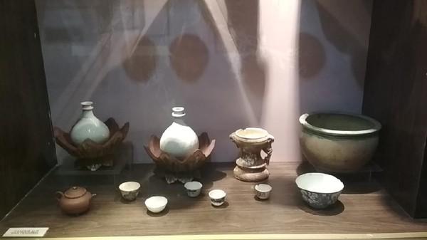 Kisah percintaan Sunan Gunung Jati dan Putri Ong Tien dari China merupakan simbol romantisme di Cirebon. Peninggalannya berupa keramik-keramik cantik bisa dilihat di Keraton Kasepuhan Cirebon.