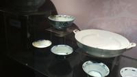 Peninggalan itu seperti mangkuk besar (ming), graken tempat jamu, dan lainnya. Selain itu, ada juga gelas kecil berbahan keramik seperti yang digunakan para bangsawan saat meminum teh.