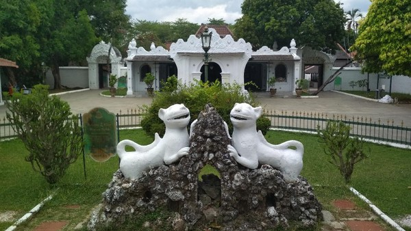 Bukti pengaruh Putri Ong Tien terhadap budaya adalah arsitek di keraton ini dipenuhi dengan gaya China. Putri Ong Tien wafat lebih dulu. Makamnya berada di Astana Gunung Sembung, berdekatan dengan makam Sunan Gunung Jati.