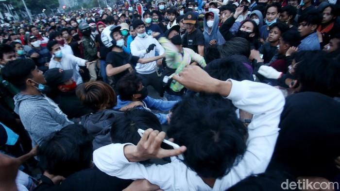 Aksi demonstrasi tak lepas dari aksi pencopet dan penjambret yang beraksi ditengah-tengah pendemo. Ini akibatnya jika masih nekat.