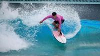Ada berbagai fasilitas yang ditawarkan, misalnya kayak, kolam berenang tanpa ombak dan berombak.