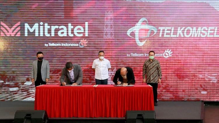 Telkomsel mendukung kesepakatan ini sebagai komitmen untuk melanjutkan transformasi perusahaan guna memperkuat penataan portofolio TelkomGroup mengalihkan kepemilikan 6.050 menara ke Mitratel.