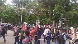 Long March ke Patung Kuda, Sekelompok Remaja Sempat Cekcok dengan Petugas
