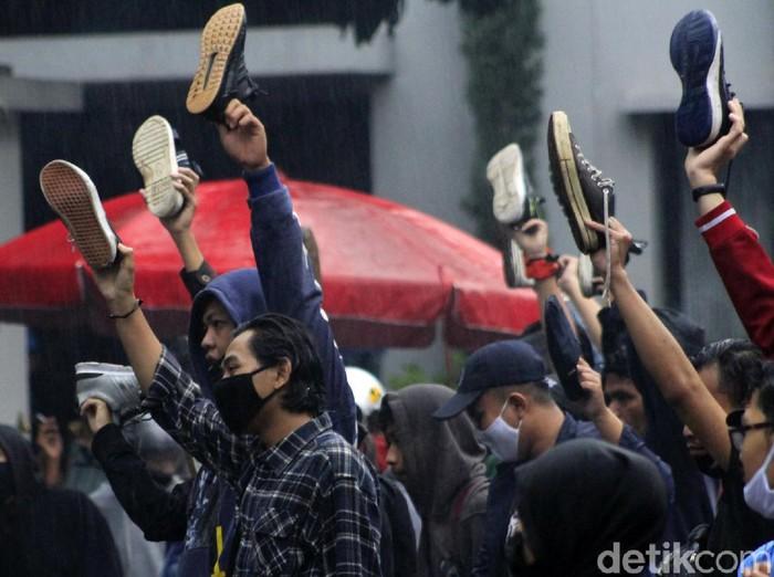 Ratusan mahasiswa yang tergabung dalam Mahasiswa Indonesia Mengguggat (MIM) mengepung Gedung DPRD Jabar. Dalam aksinya mahasiswa terlihat angkat sepatu.
