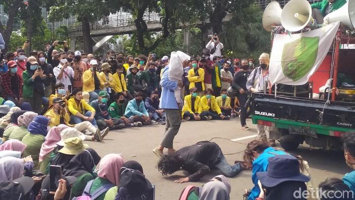 Mahasiswa gelar aksi teatrikal di sela demonstrasi tolak UU Cipta Kerja