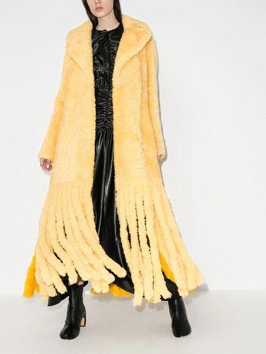 Mantel suede Bottega Venetta yang dikenakan Hailey Baldwin.