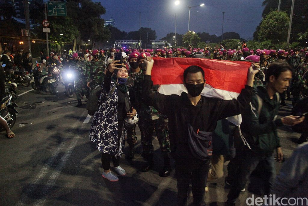 Sejumlah pasukan Marinir TNI AL mulai membubarkan massa tolak Omnibus Law di kawasan Thamrin, Jakarta.