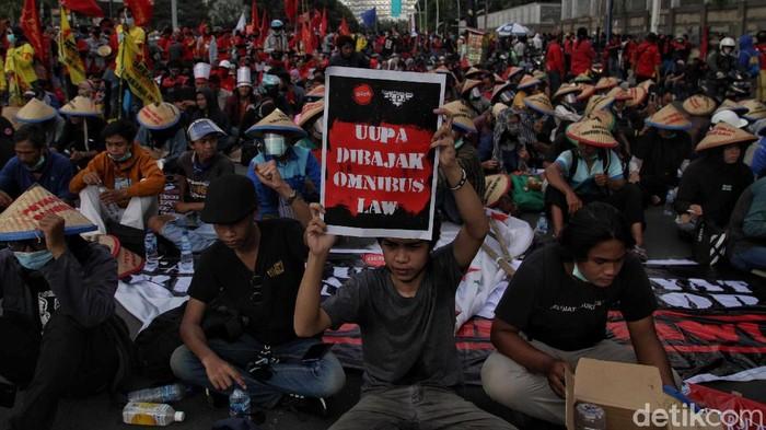 Ratusan buruh melakukan orasi di kawasan Tugu Tani, Jakarta. Orasi dilakukan untuk menolak omnibus law.