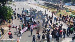 Orasi Tolak Omnibus Law, Massa di Patung Kuda Bakar Ban