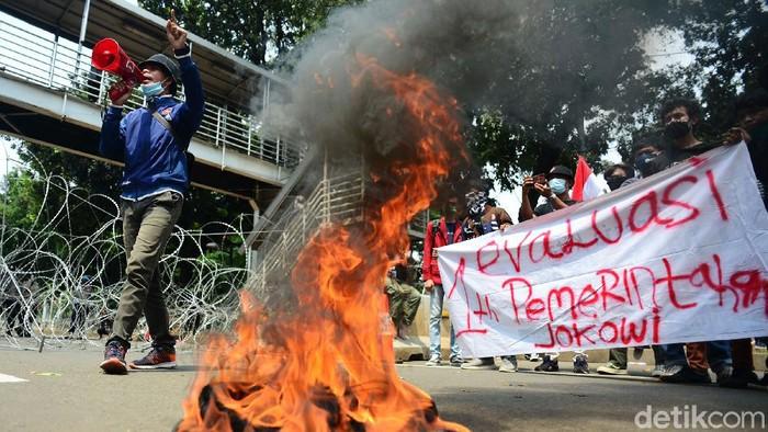 Massa mahasiswa melakukan demo tolak omnibus law UU Cipta Kerja di Patung Kuda Arjuna Wiwaha, Jakarta Pusat, Selasa (20/10/2020). Massa juga membakar ban.