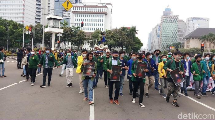 Massa mahasiswa tiba di Patung Kuda, Jakarta Pusat.
