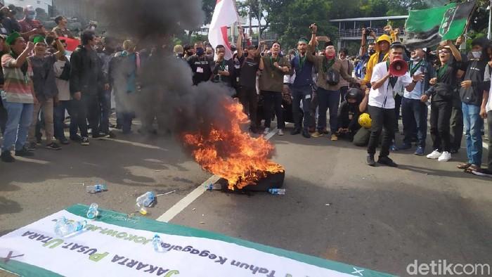 Massa membakar ban di sekitar Patung Kuda, Jakarta (Luqman Nurhadi Arunanta/detikcom).