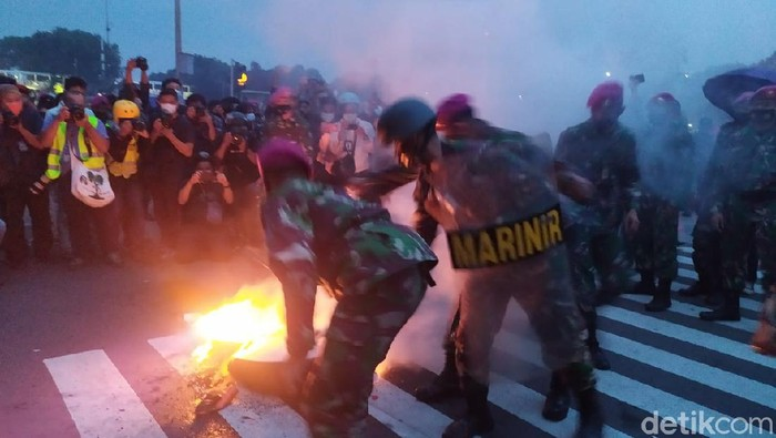 Massa Remaja di Patung Kuda Bakar Ban Lagi, Dipadamkan Marinir