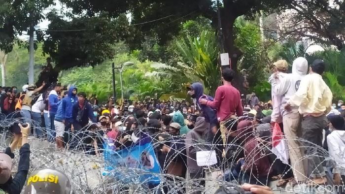 Massa remaja di Patung Kuda sempat ribut sendiri pada pukul 17.20 WIB
