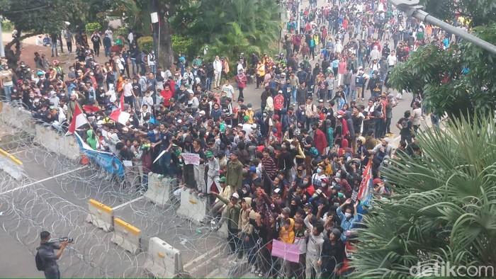 Massa remaja maju provokasi aparat di sekitar patung Kuda Monas