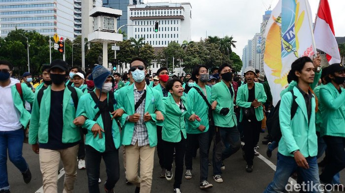 Badan Eksekutif Mahasiswa Seluruh Indonesia (BEM SI) menggelar aksi unjuk rasa tolak Omnibus Law di kawasan Patung Kuda. Berikut rangkuman foto-fotonya.