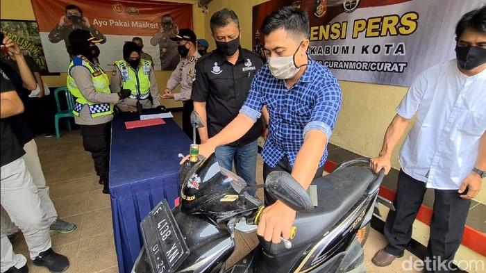 Motor milik warga Cianjur itu dipajang di Mapolsek Sukabumi, Resor Sukabumi Kota. Motornya itu ikut terjaring saat polisi menggelar razia geng motor di Jalan Raya Selabintana pada awal September lalu.