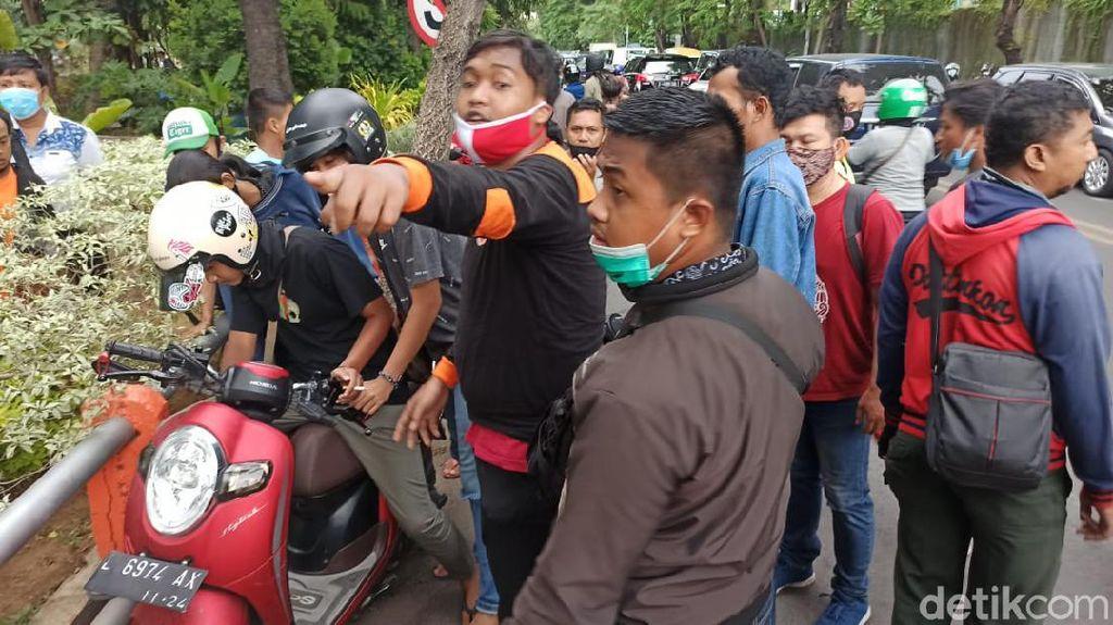 Motor Warga Nyaris Hilang Saat Lihat Pencarian Korban Tenggelam di Kalimas
