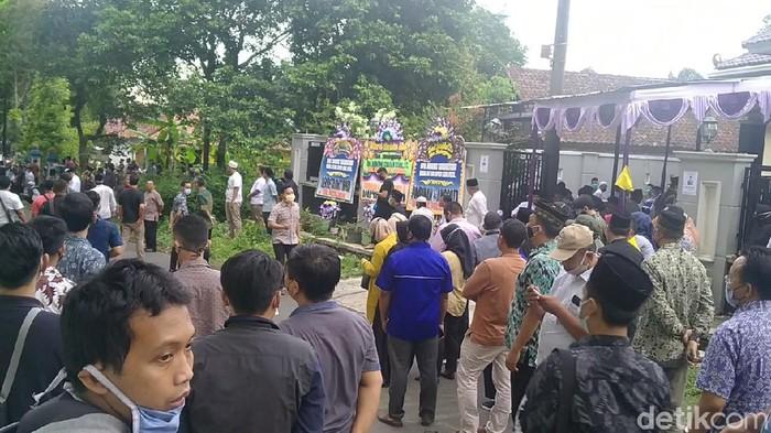 Para pelayat mulai mendatangi rumah duka Ketua DPC Partai Gerindra yang juga Wakil Ketua DPRD Kabupaten Pekalongan, Nunung Sugiantoro.