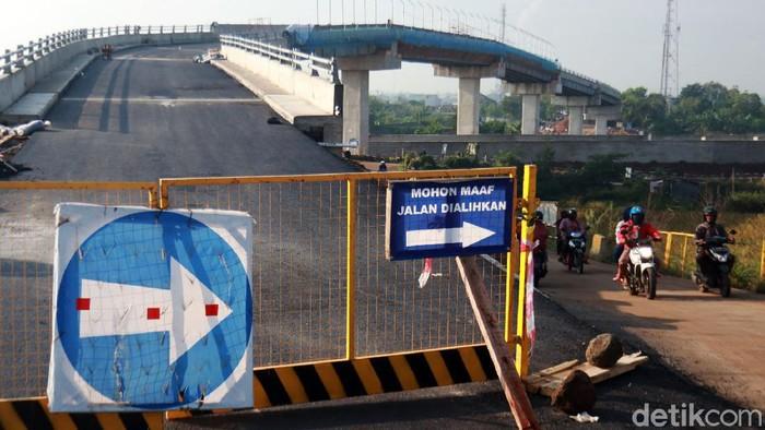 Pembangunan jalan layang penghubung Tegalluar, Bojongsoang, Kabupaten Bandung dan Cimincraang, Gedebage, Kota Bandung sudah rampung. Jalan layang itu melintang di atas pembangunan Kereta Cepat Jakarta Bandung (KCJB) yang ada di kawasan Tegalluar.