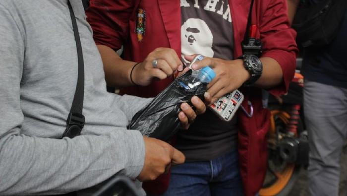 Polisi mengamankan 7 pemuda membawa miras menyusup di demo mahasiswa Kalsel.