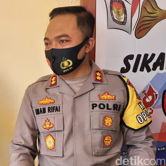 Seorang pria diduga gangguan jiwa di Situbondo tewas ditembak polisi. Pria berinisial KEAU (21) itu ditembak Bripka D karena tiba-tiba mengamuk dan melakukan penyerangan.