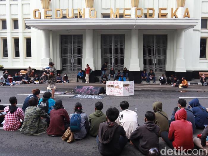 Ratusan mahasiswa di Bandung kembali turun ke jalan menolak Omnibus Law