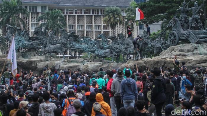 Sejumlah massa aksi dari berbagai elemen mendatangi kawasan Patung Kuda, Jakarta, Selasa (20/10). Aksi tersebut masih dalam rangka penolakan Omnibuslaw Cipta Kerja.