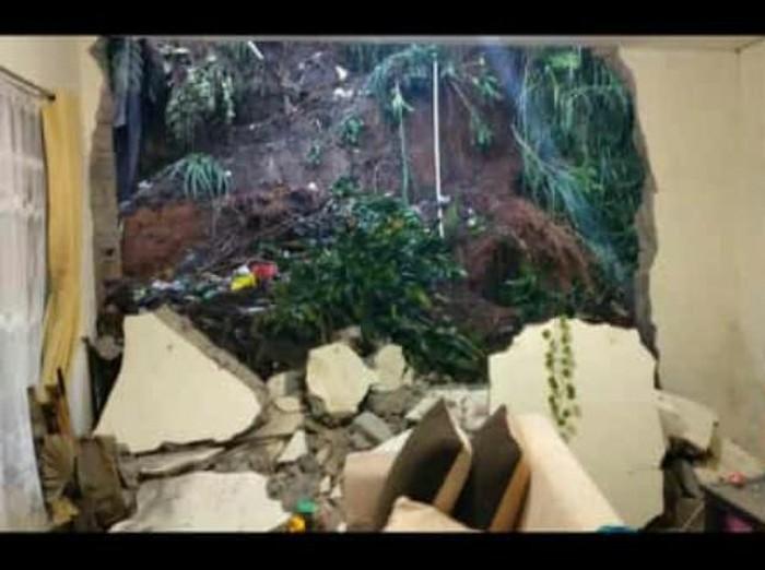 Satu unit rumah warga di Kampung Barunagri RT 03/RW 11, Desa Sukajaya, Kecamatan Lembang, Kabupaten Bandung Barat (KBB) rusak diterjang material longsor dari lereng di atas rumahnya.