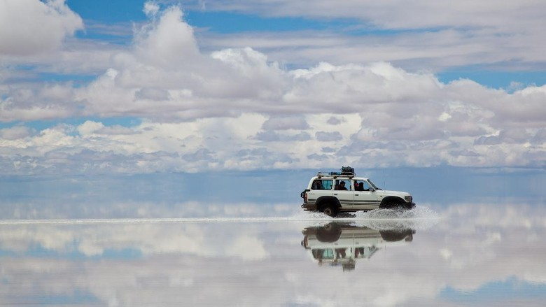 BOLIVIAN ALTIPLANO, BOLIVIA - March 02, 2011: 4x4 crossing the Salar de Uyuni, Bolivia. people doing a trek in high altitude in a Toyota Land Cruser 1999.  Toyota is a multinational automaker headquartered in Toyota, Aichi, Japan.