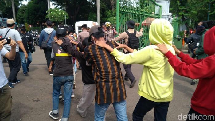 Sejumlah remaja diamankan di demo patung kuda monas