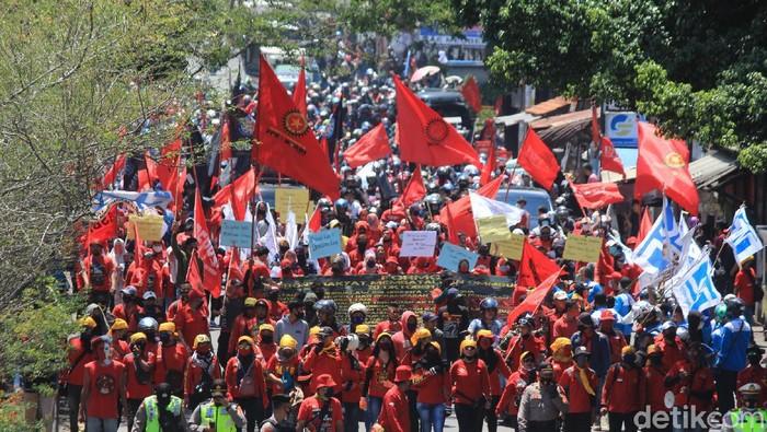Setahun Jokowi, ribuan buruh tutup jalan Cileunyi - Bandung