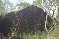 Inilah vandalisme yang terlihat di salah satu batu megalitikum (Hari Suroto/Istimewa)