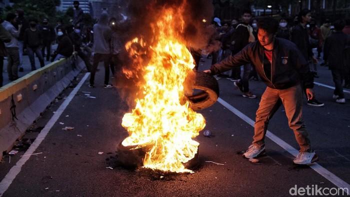 Massa aksi demo tolak Omnibus Law terlihat membakar tumpukkan ban di kawasan Thamrin, Jakarta. Begini foto-foto terkininya.