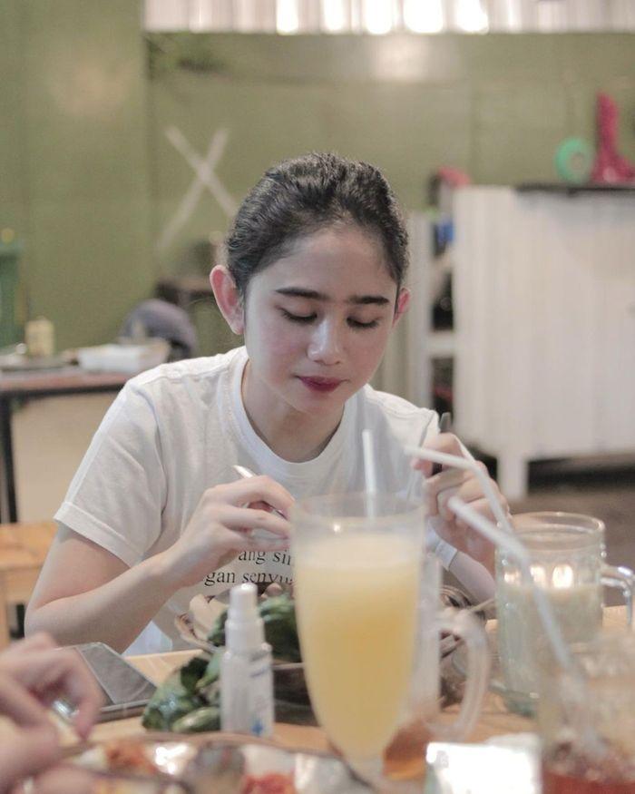 Gaya Keren Tissa Biani saat Nongkrong di Kafe dan Belajar Masak