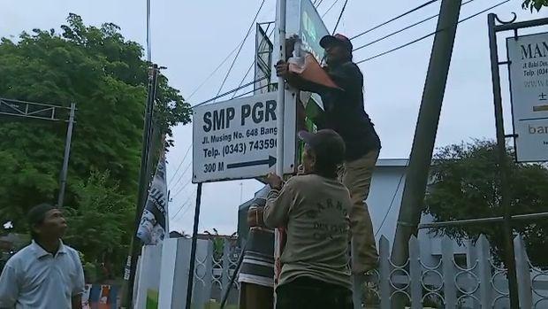 viral tukang becak pasang bendera