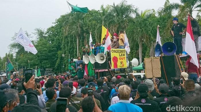 Wali Kota Cilegon menemui massa demo omnibus law