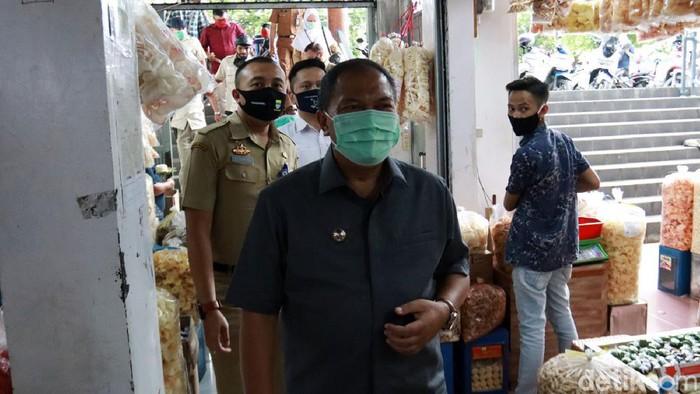 Wali Kota Bandung Oded M belusukan ke pasar tradisional di Kota Bandung, Jawa Barat, untuk sosialisasi protokol kesehatan, Selasa (20/10/2020).