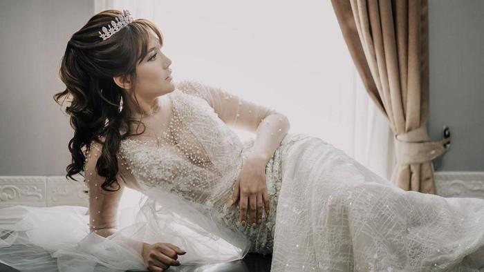 Angela Lee Menikah