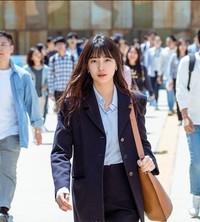 Bae Suzy memakai tas branded di serial drama Start-Up.