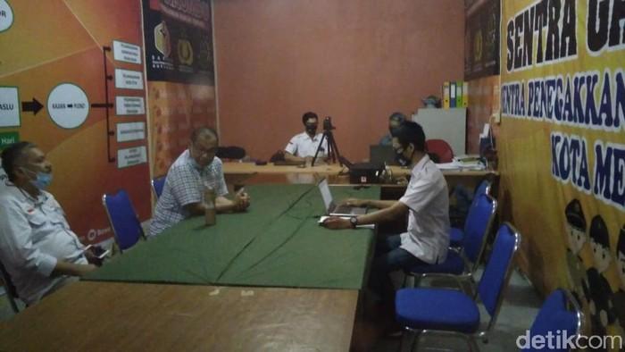 Cawalkot Medan petahana, Akhyar Nasution, mendatangi panggilan Bawaslu terkait laporan dugaan kampanye di fasilitas pendidikan (Datuk Haris/detikcom)