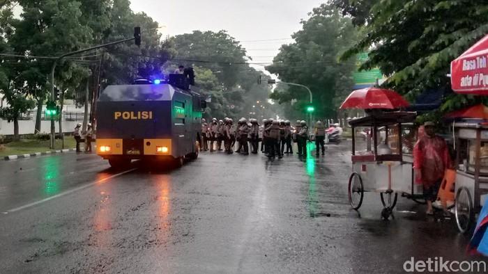 Aksi demonstrasi yang digelar di Gedung DPRD Jabar, Kota Bandung berakhir ricuh. Pantauan detikcom, Rabu (21/10/2020) aksi demonstrasi penolakan Omnibus Law Cipta Kerja yang dilakukan di tengah guyuran hujan berakhir sekitar Pukul 16.45 WIB.