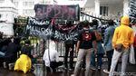 Diguyur Hujan, Mahasiswa Kembali Geruduk DPRD Jabar